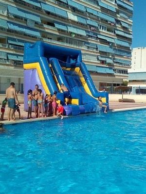 castillo hinchable para piscina en urbanización de Alicante
